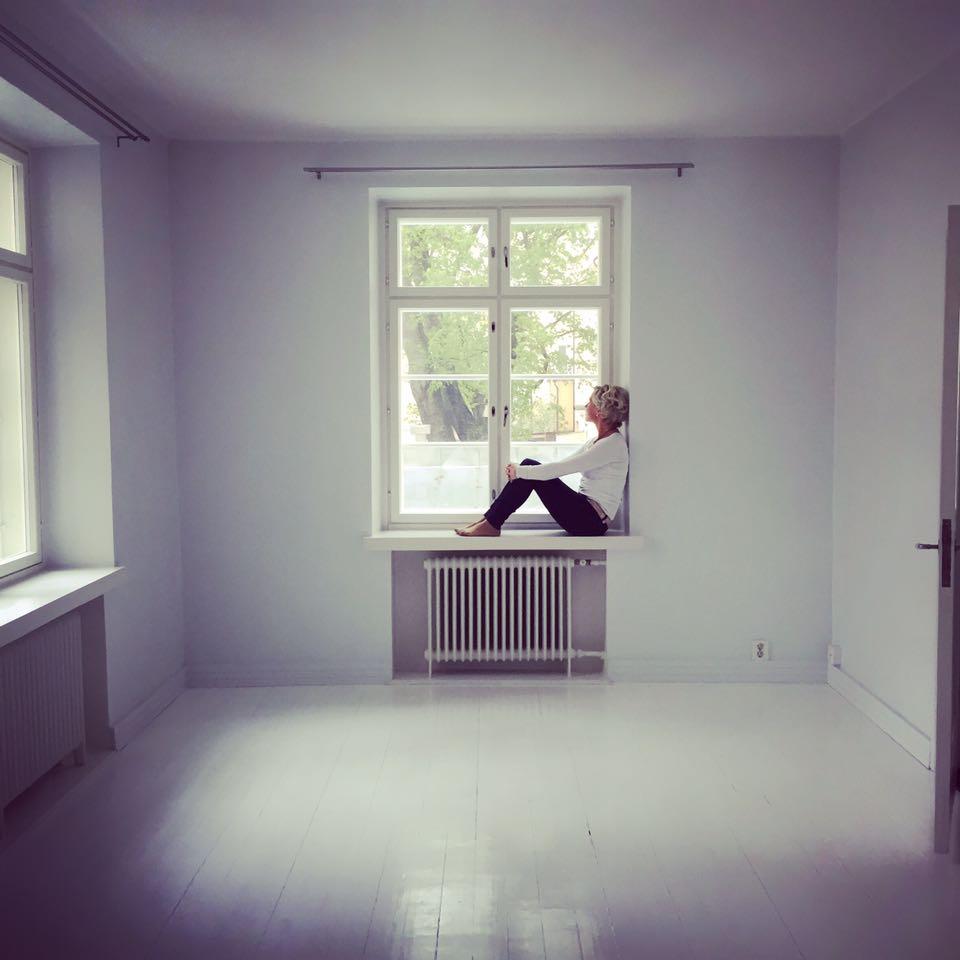 Anu Pellas, uuden-kodin-ikkunalaudalla