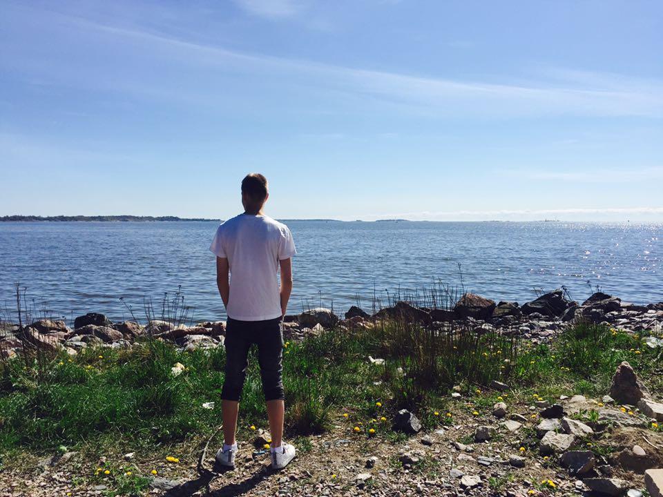 Leevi Helsingissä meren äärellä
